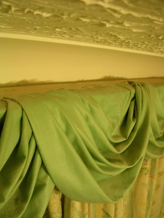 Haigs Hotel: Room 21 - Doubt these curtain swags have been hoovered since they were put up