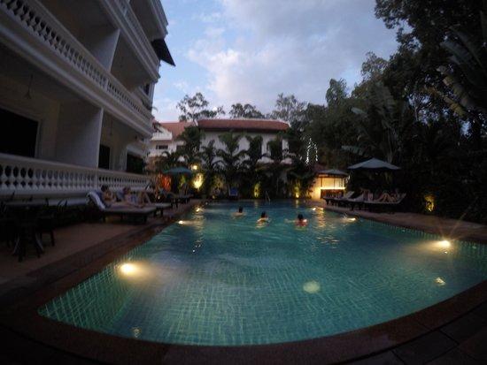 Chateau d'Angkor La Residence: Piscina do hotel!