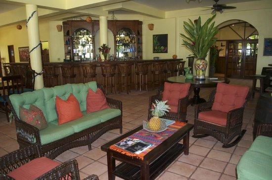 Hamanasi Adventure and Dive Resort : Main level bar