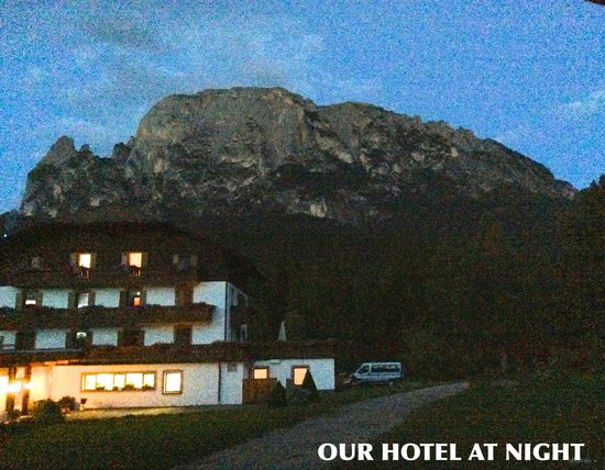 Hotel Waldsee: Hotel in front of Schlern at night