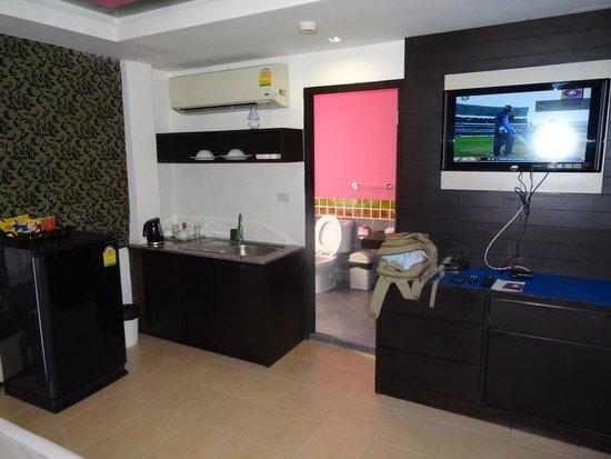 Oasis Inn Bangkok Hotel: シンク、TV、トイレ