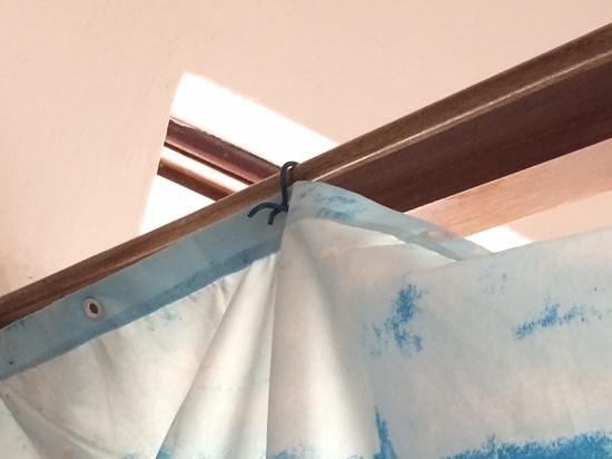 Tzam Poc Resort: cortina de baño amarrada con alambres electricos