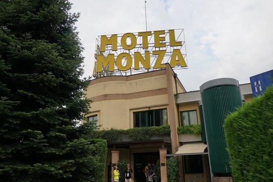 AS Hotel Monza: Вывеска
