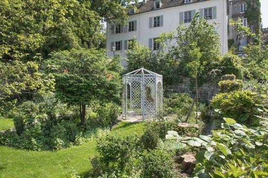 Vue sur la maison du bel air depuis les jardins renoir - Les jardins de montmartre ...