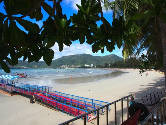 Baan Boa Resort : Pantong ranta hotellin edessä