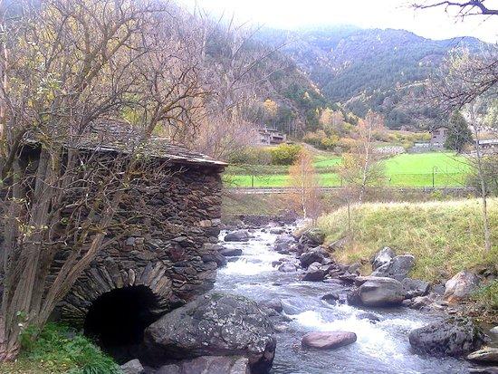 La Cortinada, Andorra: Вид на лесопилку и реку снаружи
