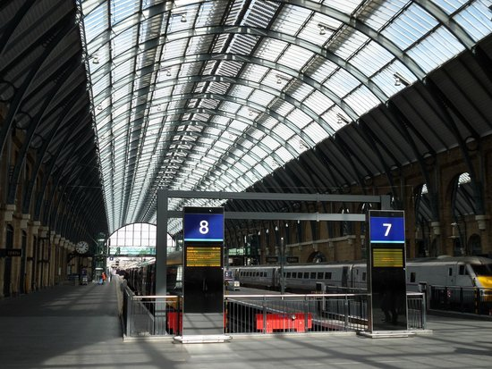 Platform 9 3 4 picture of king 39 s cross station london - Kings cross ticket office opening times ...