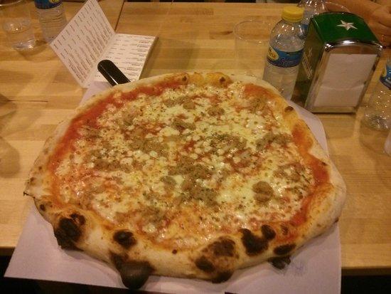 Mano a Mano Pizzeria y Empanadillería: Pizza 40cm. Less than 9 euro. Una maravilla