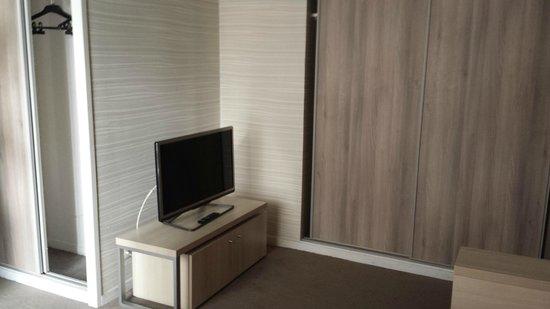 Adagio City Aparthotel Montrouge : Bedroom - Flatscreen TV and storage