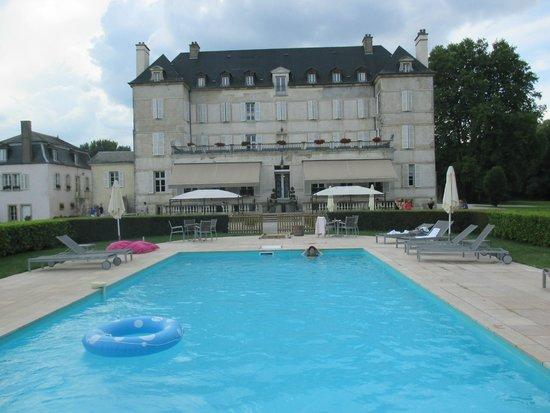 Chateau de Saulon: arrière du château et piscine