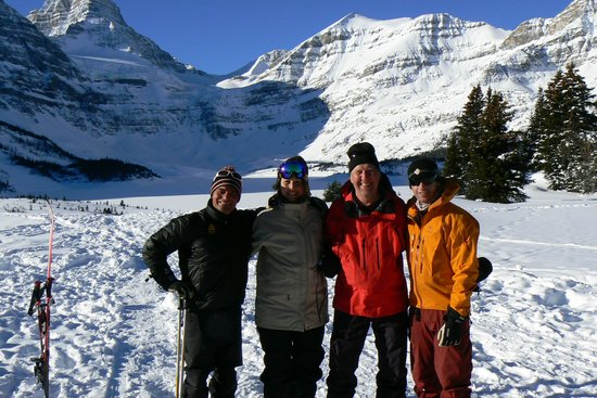 Assiniboine Lodge: With our guides (Claude and Thomas) in front of the Lodge