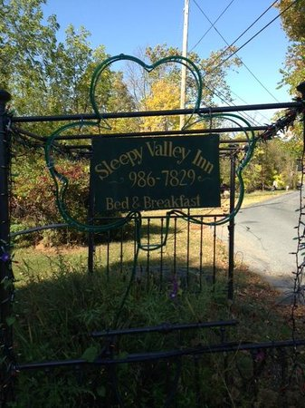 Sleepy Valley Inn: Entrance to the Inn
