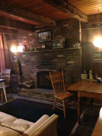 Sleepy Valley Inn: Guest House Fireplace