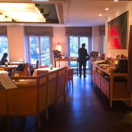 LOUIS Hotel: Местный ресторан, где проходят завтраки