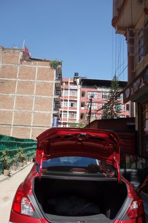 Hotel The Great Wall: boss's romantic red car