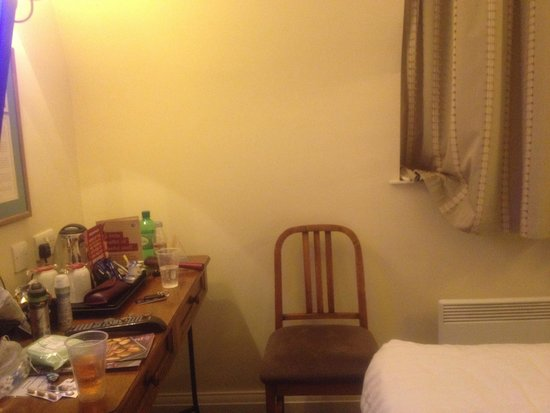 Innkeepers Lodge Edinburgh Corstorphine: 1 chair (for 2 people)