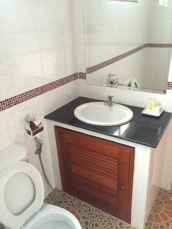 Tommy Resort: Room 206 toilet
