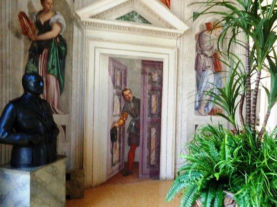 Villa Barbaro: Giovane che si affaccia da una finta porta
