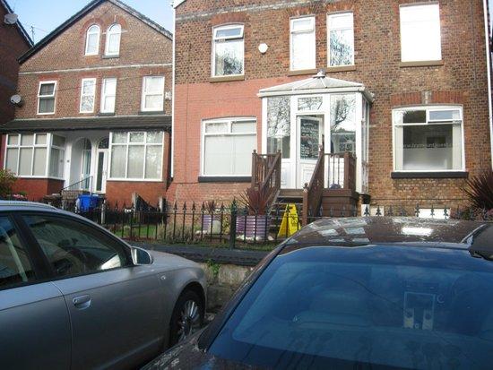 Ivy Mount Guest House: Car parking & entrance