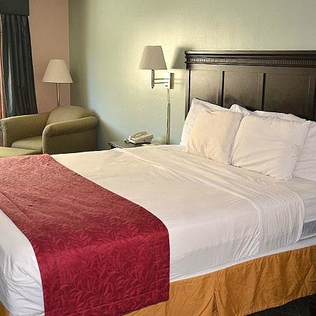 Magnuson Hotel and Suites Gulf Shores: King Bed Room