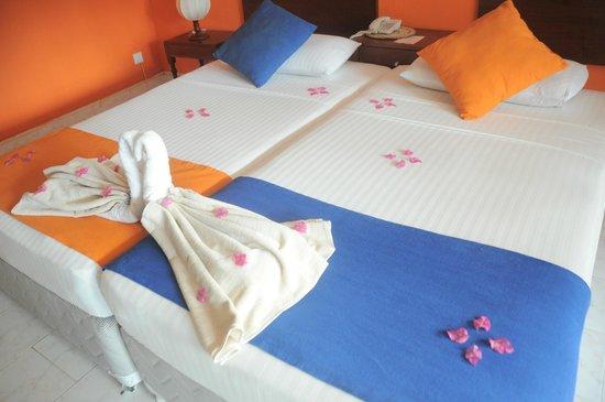 Ratnaloka Tour Inn: decorative bed making