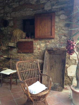 Agriturismo Il Molinello: Outside seating of a 500 yr old inn