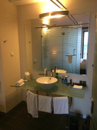 de glaswand van de badkamer - picture of best western plus grand, Badkamer