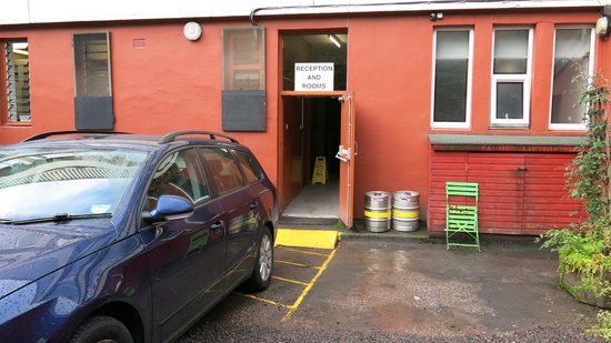 Rowantree Hotel: entry from the parking lot - dirty!