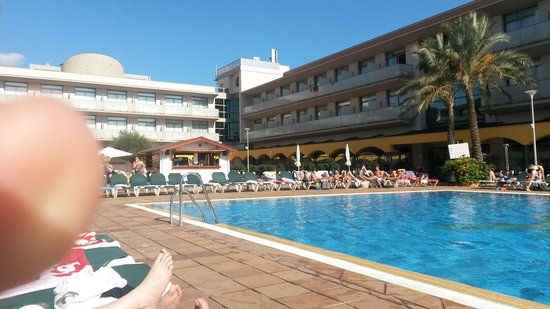 Hotel Mediterraneo Benidorm: Pool area had to reserve beds which isnt good.