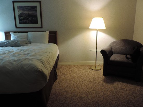 Shilo Inn Suites Hotel - Klamath Falls: Large, comfortable room with comfy bed and pillows