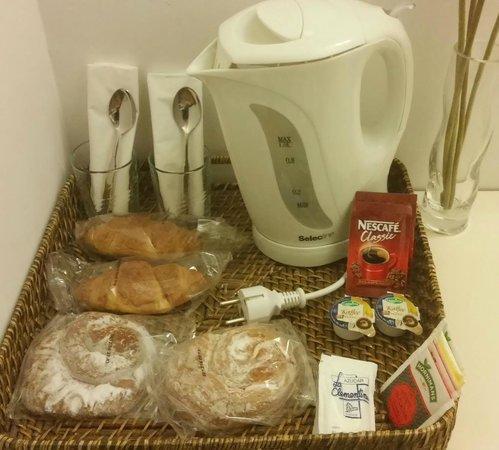 Hostal Tabanqueta Cuenca: Pequeño desayuno en la habitación. Todo un detalle!!!