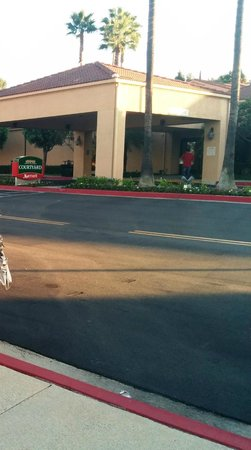 Courtyard Los Angeles Hacienda Heights/Orange County: CY's front lobby & covered parking/dropoff area with wide roadway
