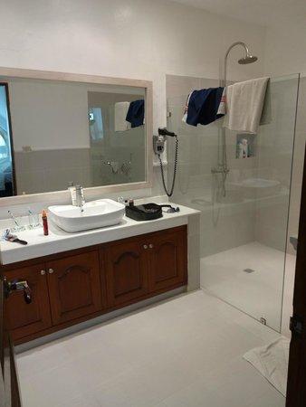 Pinjalo Resort Villas: A very large bathroom