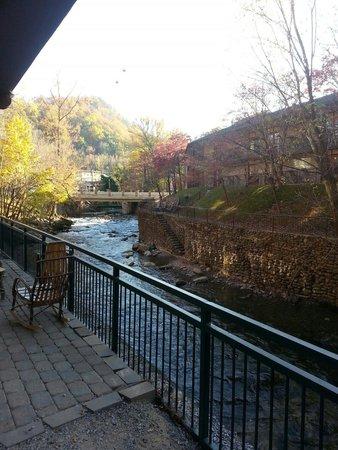 Old Creek Lodge : View of creek near parking