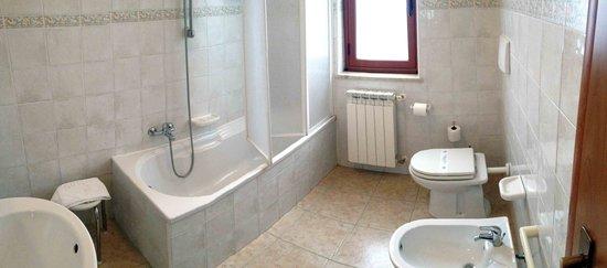 il bagno con vasca della stanza n. 5 - Picture of B&B La Villetta ...