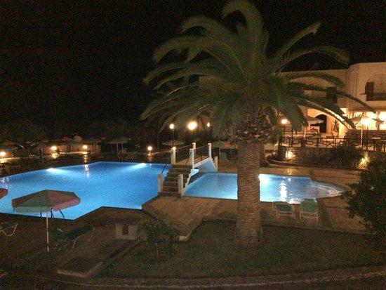 Vardis Olive Garden: und bei Nacht