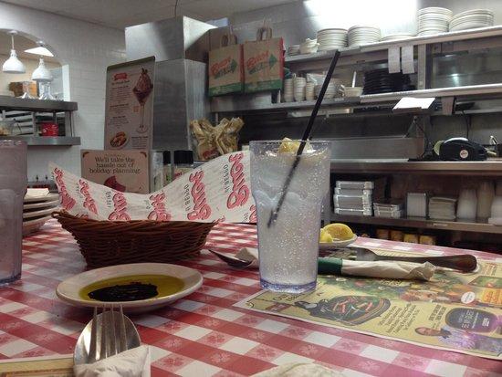 Buca di Beppo: Mesa en la cocina divertido y diferente