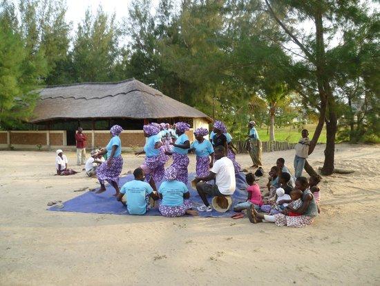 Zalala Beach Lodge: Local women demonstrate a dance