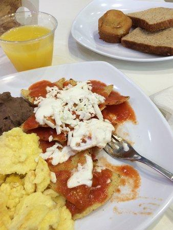 One Ciudad De Mexico Alameda: El desayuno es buffet, fruta, cereales, yoghurt, pan, café, jugo, huevo, chilaquiles, salchichas