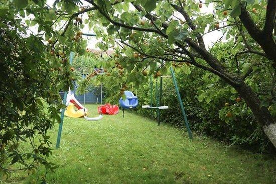 jardin avec jeux et balan oire picture of le verger des muses lardy tripadvisor. Black Bedroom Furniture Sets. Home Design Ideas