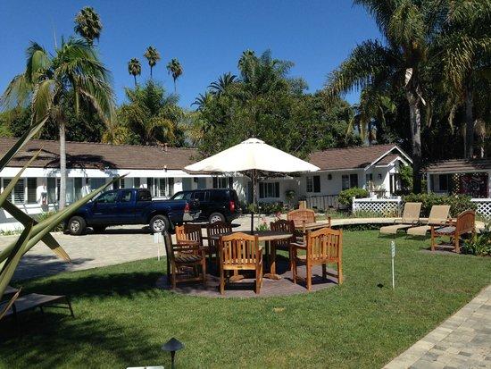 Marina Beach Motel: courtyard