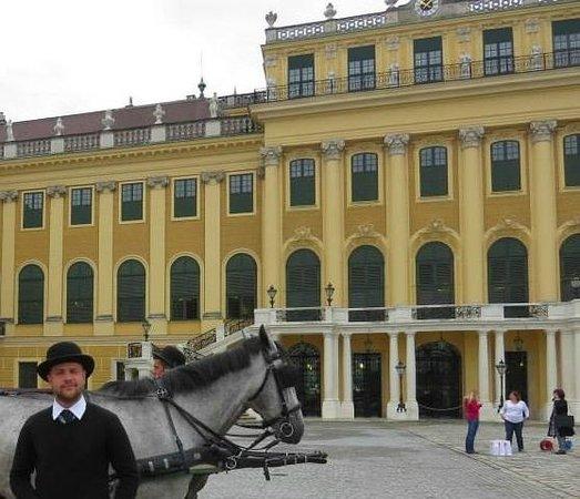 Royal Palace Hotel: Palacio de Schonbrunn, na rua do hotel