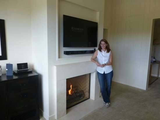Rosewood Sand Hill: Living Room TV and Fireplace
