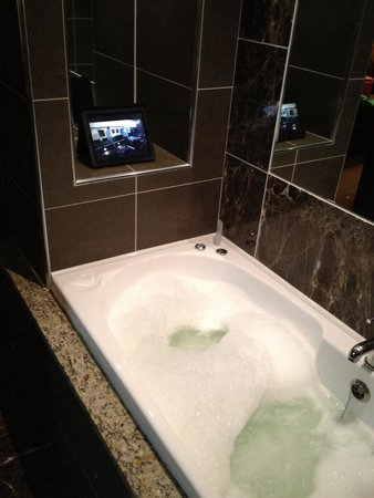 Westport Plaza Hotel: Chilling in the jacuzzi bath in my room