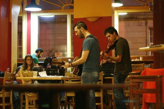 Avalon House: Музыканты в кафе при хостеле