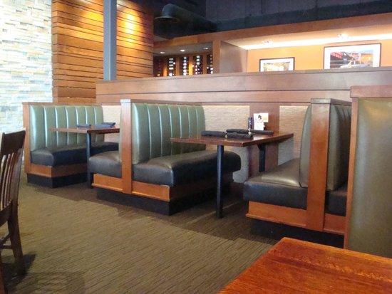 Houlihan's: Inside Seating
