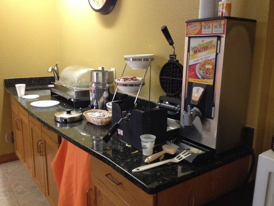 Quality Inn & Suites Broomfield Westminster : messy and empty breakfast bar