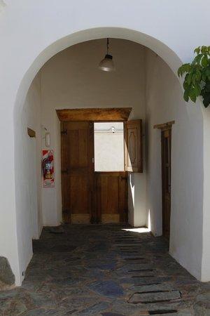 Hosteria Villa Cardon: La puerta de ingreso desde adentro