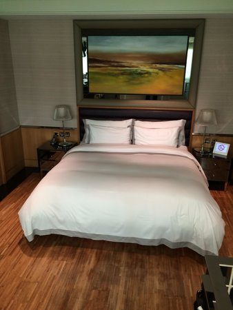 Hotel Eclat Taipei: Bed with art