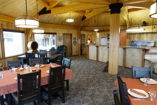 Seal River Heritage Lodge : Spacious, well-lit dining room